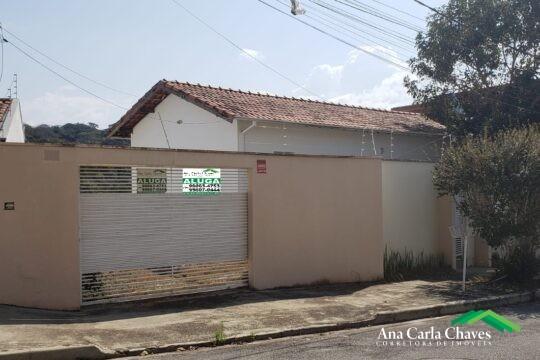 ALUGA-SE CASA NO BAIRRO COLINAS DE SANTA BÁRBARA COM EXCELENTE LOCALIZAÇÃO